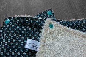 Lot de 5 feuilles d'essuie tout lavables en éponge de coton écolabellisé – petites fleurs bleu – avec boutons pressions