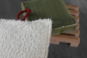 Éponge lavable en éponge de coton, rembourrage : upcycling de chute de tissus – tulipes rouges sur fond noir