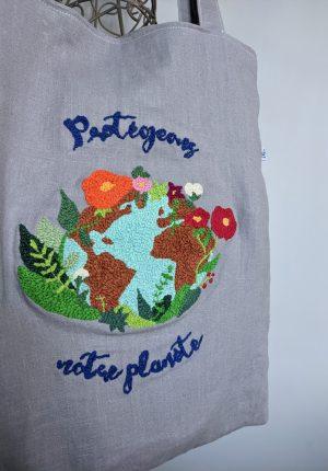 """Pièce unique – Tote bag """"Protégeons notre planète"""" broderie au punch needle"""